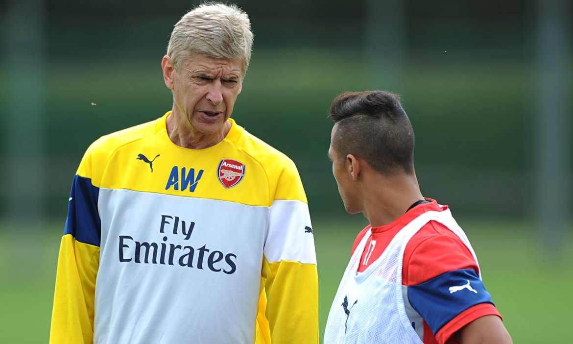 Arsène Wenger talks with his new signing Alexis Sanchez during training