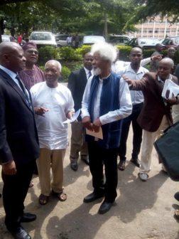 Prof-Wole-Soyinka-and-J.-P.-Clark-chatting-with-the-UI-VC-Professor-Abel-Idowu-Olayinka-while-Prof-Femi-Osofisan-and-UI-DVC-Academic
