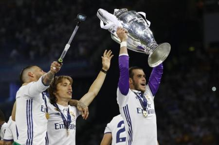 Real Madrid's Gareth Bale celebrates with the trophy after winning the UEFA Champions League Final